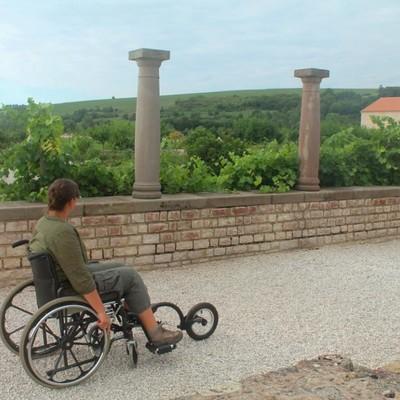Durchqueren der Villenanlage mit dem Adapterrad