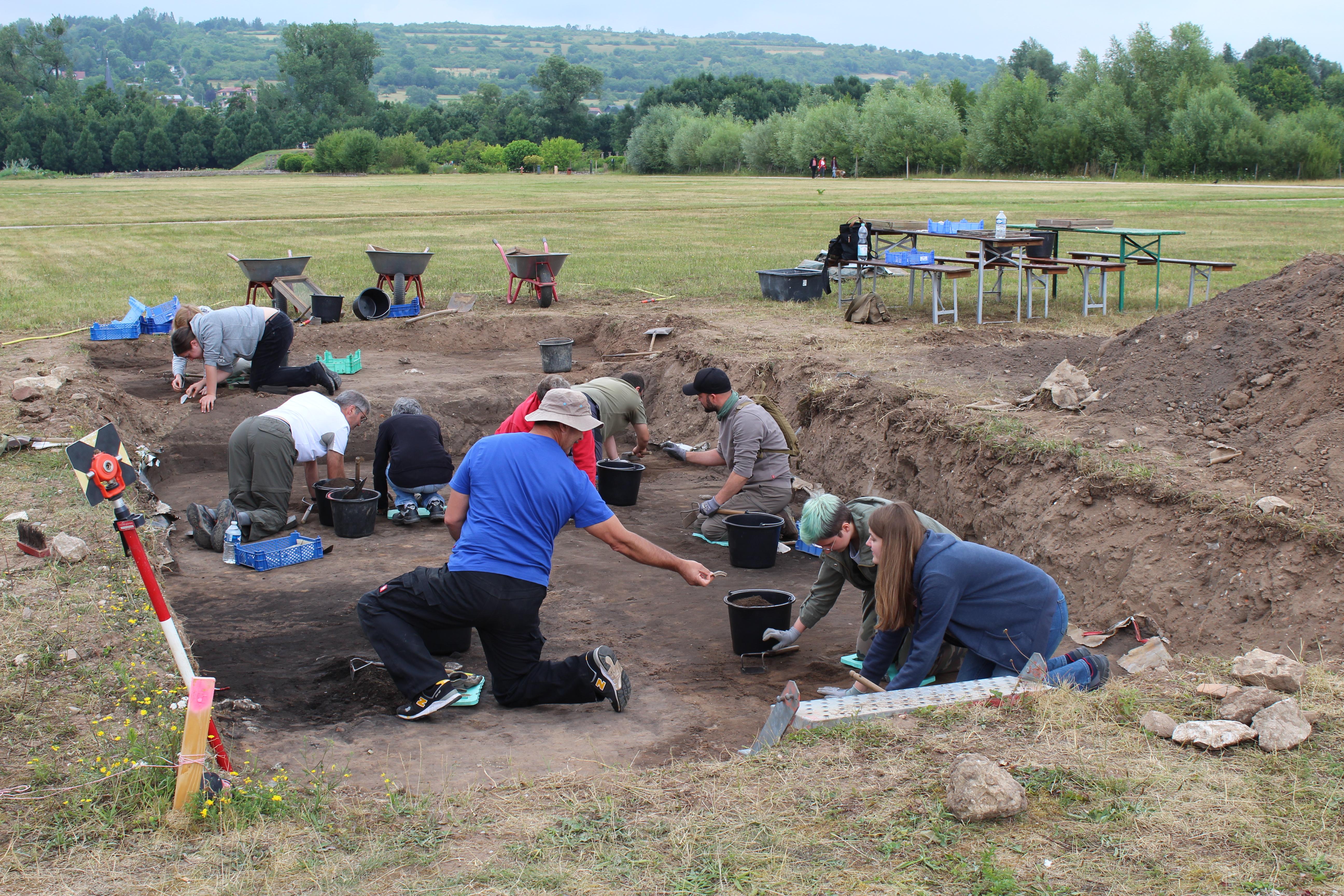 Teilnehmer der Archäologie zum Mitmachen im Grabungsfeld