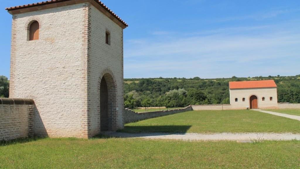 Rekonstruiertes Torhaus mit Nebengebäude B1